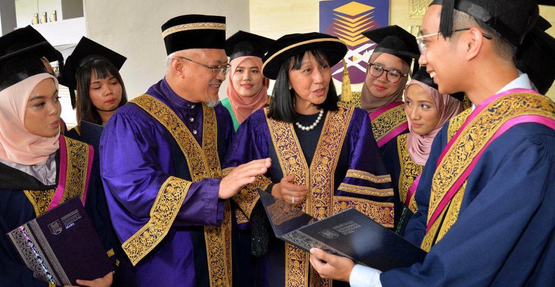 42 nembiak UiTM Sarawak nerima Anugerah Mandal Chanselor