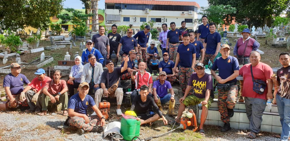 Gotong royong bersih tanah perkuburan Jalan Haji Karim