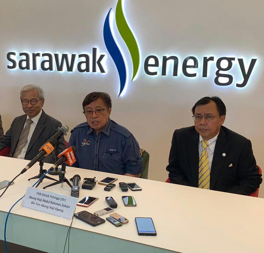 AUM PEMBERITA...Kepala Menteri Sarawak Datuk Amar Abang Johari Tun Openg (tengah) nyaut tanya pemberita pengudah ngelancharka kilang pengeluar enggau stesyen hidrogen keterubah ba Opis Sarawak Energy Berhad (SEB) di Bintawa, kemari. Bela dipeda Rundi (kanan) enggau Masing.