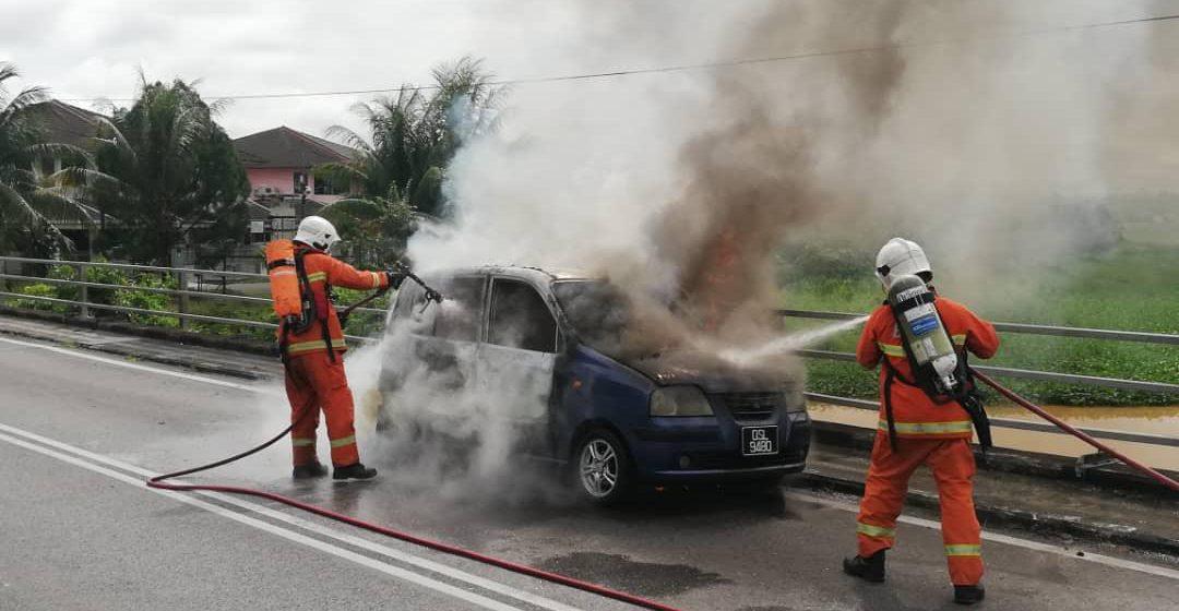 Wanita selamat, sedar asap keluar dari kenderaan