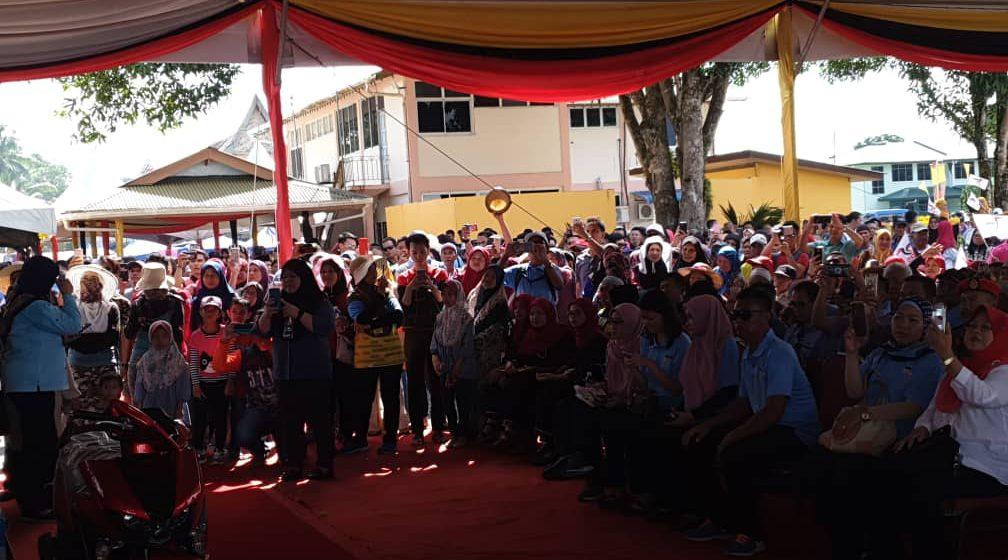 Lebih 10,000 penduduk menggamatkan Karnival Pantai Belawai
