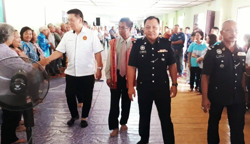 Erat hubungan Polis, masyarakat Meradong