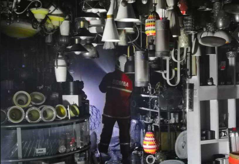 Kedai lampu elektrik hampir musnah