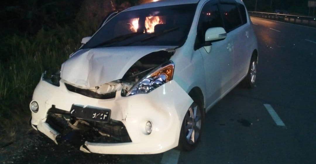 Tiga kenderaan dalam kemalangan berantai, sebuah terbakar