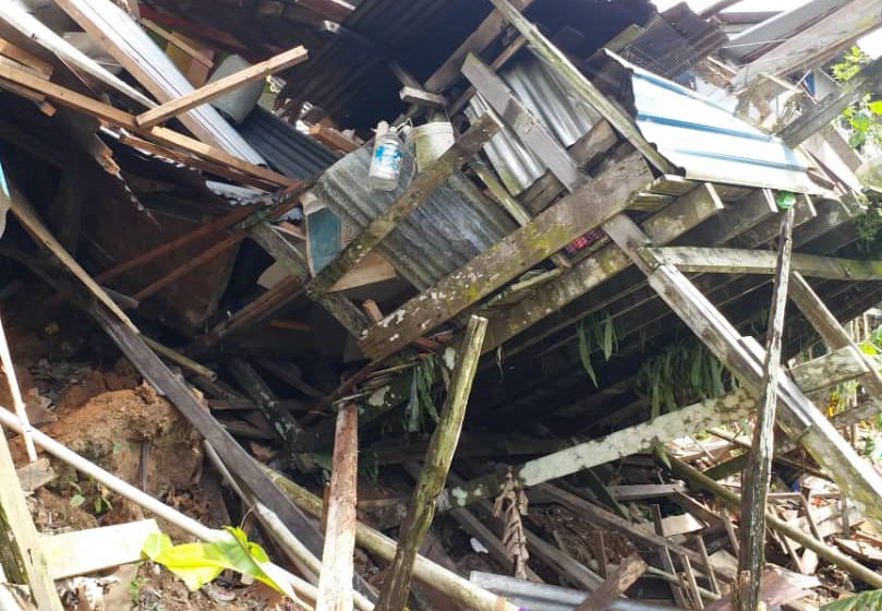 Tiga pintu rumah ba Skim Skuau runtuh