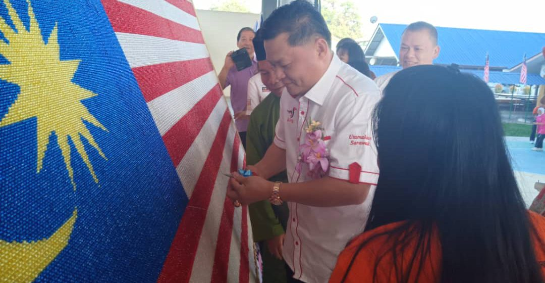 SMK Bandar Sarikei cipta rekod baharu hasil Jalur Gemilang manik