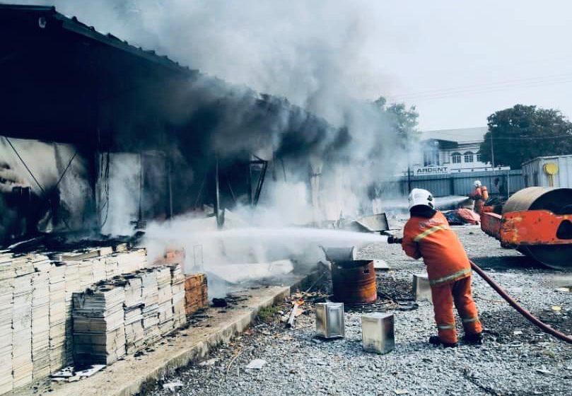 Kuartes pekerja kilang di Sibu terbakar