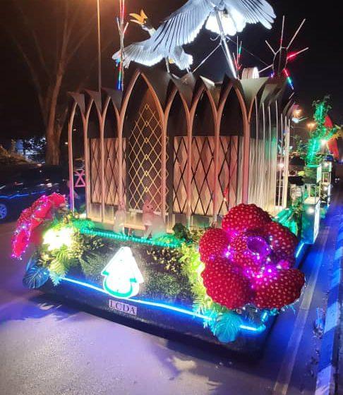 Enam buah kereta berhias memeriahkan sambutan Hari Malaysia di Kuching