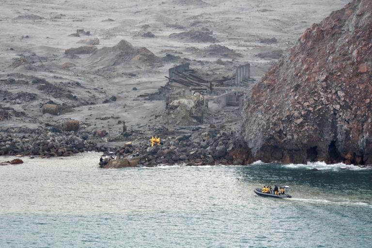 Tentera keluarkan mayat mangsa gunung berapi
