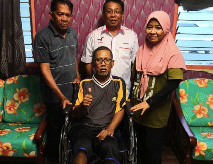 Biro Sosial dan Kebajikan PBB Kampung Paya Mebi menyumbang kerusi roda kepada pesakit strok