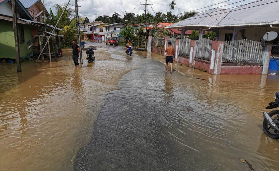 Paras air naik di Kampung Debak