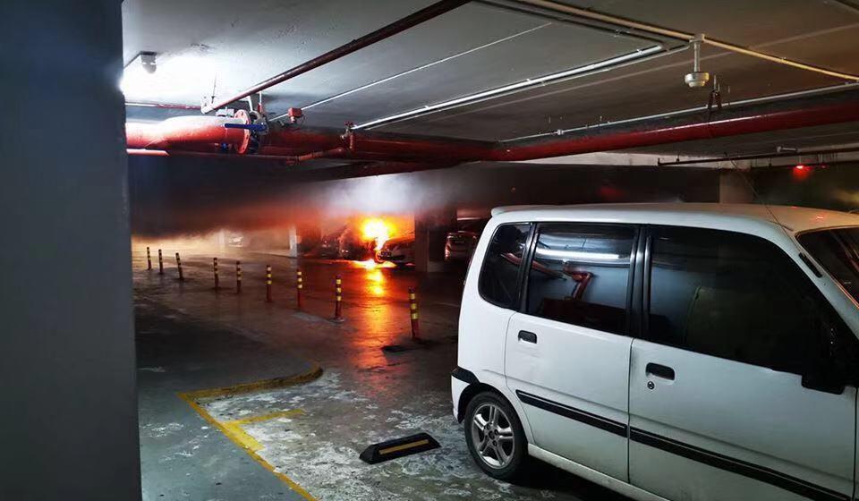 Dua buah kereta terbakar di Viva City