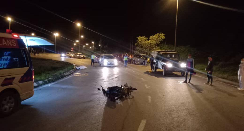 Seorang maut, motosikal terlanggar penghadang jalan di Batu 13