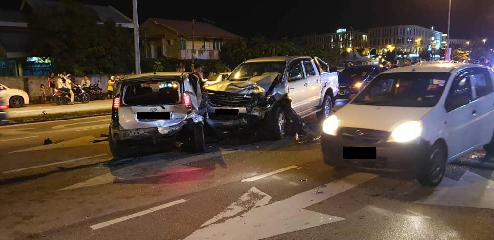 10 kereta terlibat kemalangan di hadapan Viva City