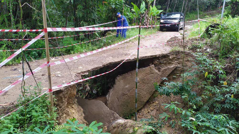 Tanah runtuh disebabkan aliran sungai yang deras
