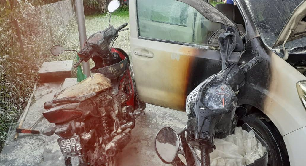 Lelaki berang bakar kenderaan di stesen minyak di Betong