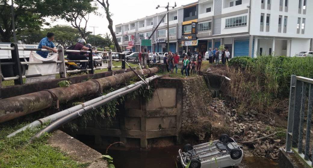 Kereta terbabas masuk sungai