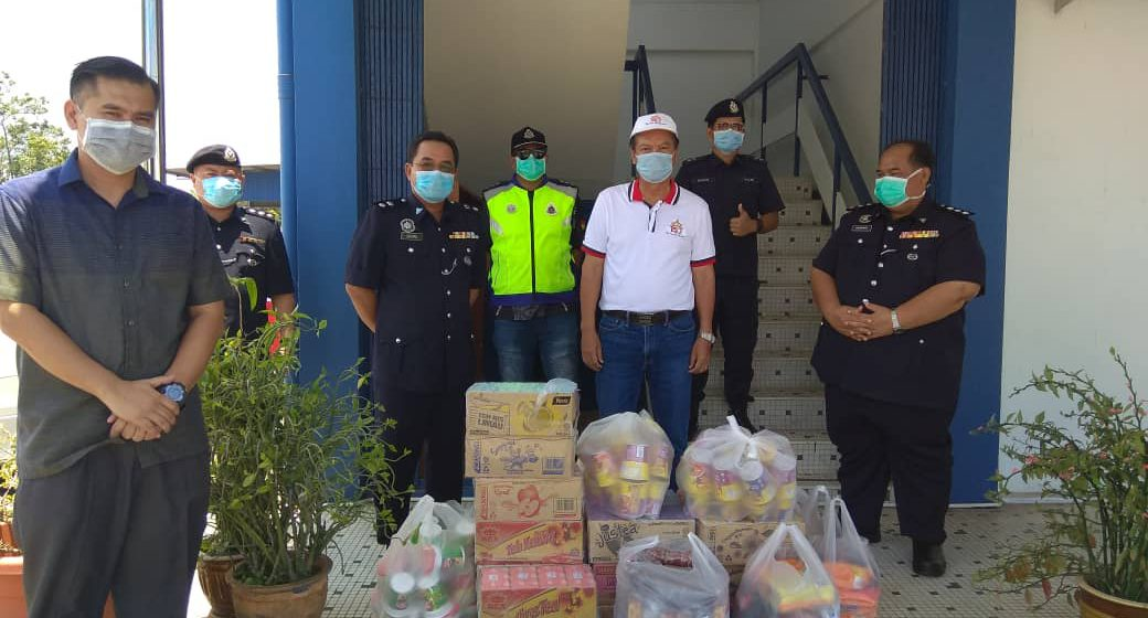 Covid-19: Adun Samalaju serah sumbangan makanan, minuman kepada PDRM Bintulu