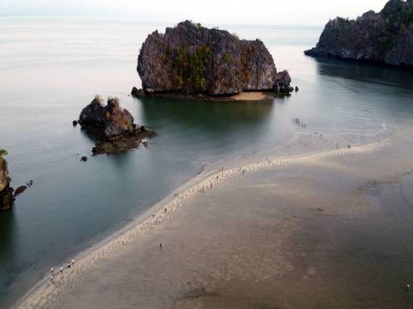 Laut terbelah di Tanjung Rhu