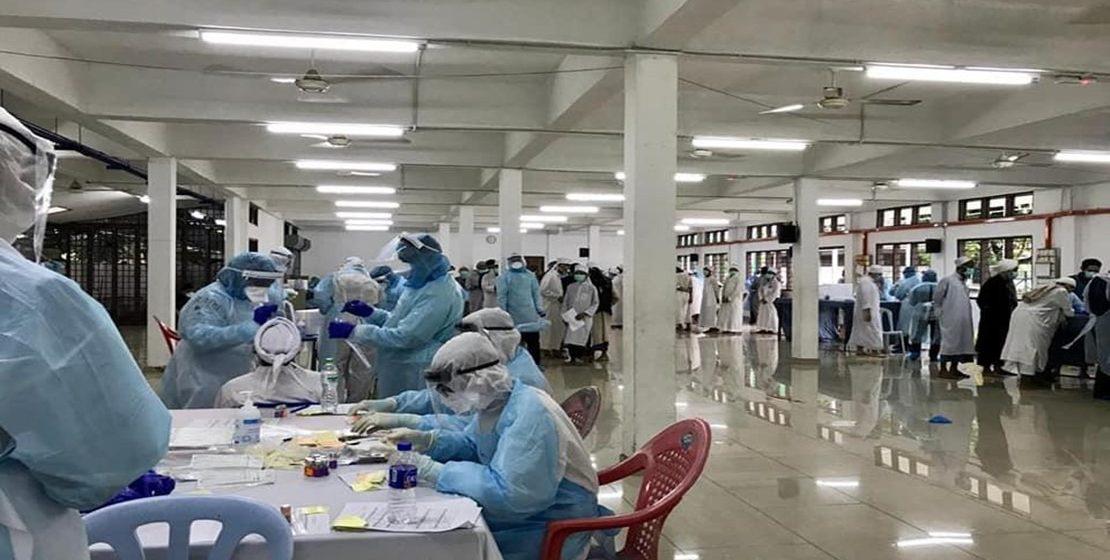 COVID-19: Petugas KKM bertungkus-lumus menjalankan saringan di Masjid Sri Petaling