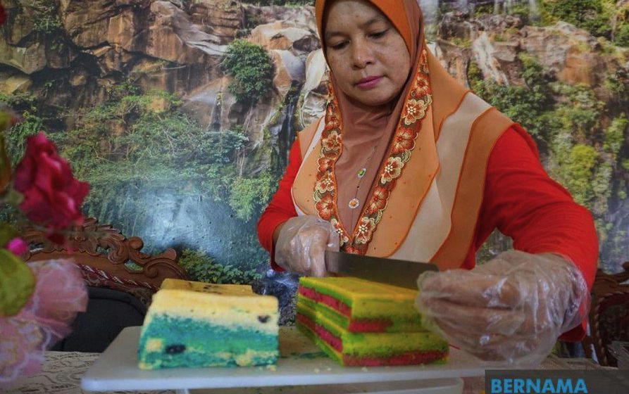 Permintaan tinggi kek lapis Sarawak air tangan Cikgu Rose