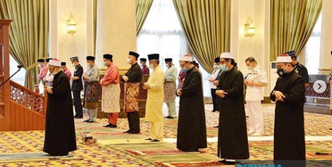 Agong solat sunat Aidilfitri di Istana Negara
