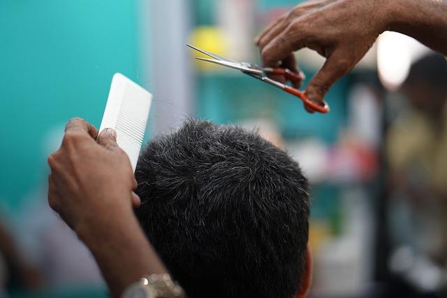 Khidmat gunting rambut di rumah pelanggan dilarang