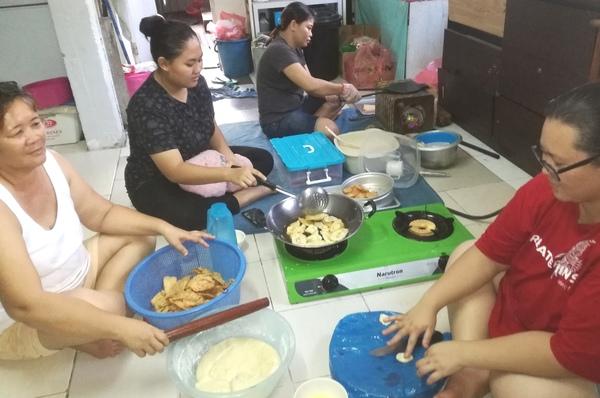 Mula sibuk masak kuih Gawai