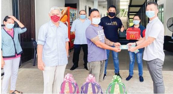 Tiga keluarga pelatih PDK Satok terima sumbangan