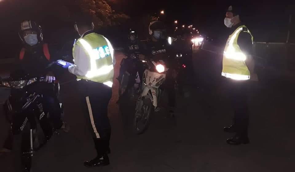 Lima lelaki disyaki memandu di bawah pengaruh alkohol berjaya ditahan di Batu Kawa