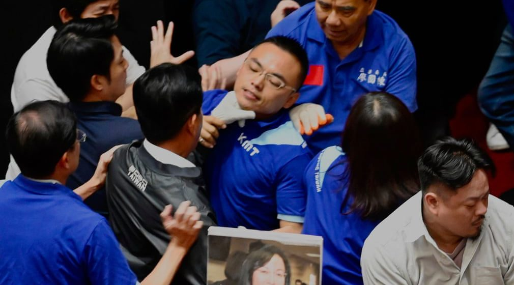Parlimen Taiwan dicemari adegan pergaduhan