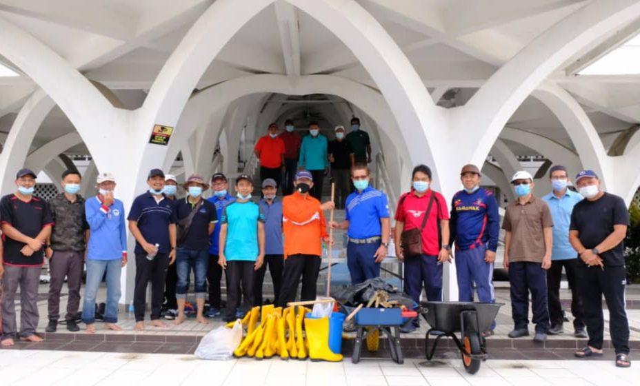 Lebih 100 kakitangan Bintulu Port Holdings Berhad gotong-royong bersihkan masjid hari ini