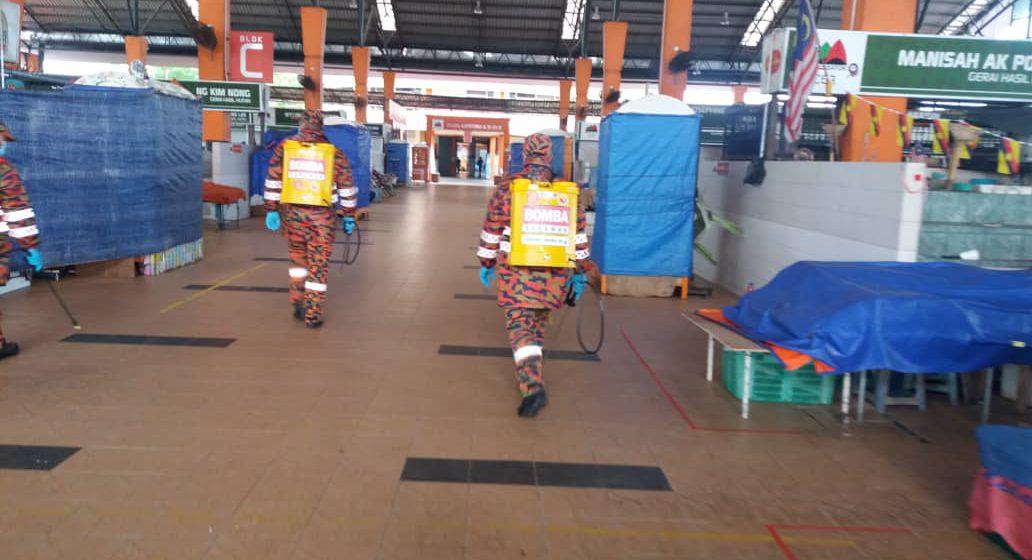 Operasi sanitasi berjalan di Medan Niaga Satok