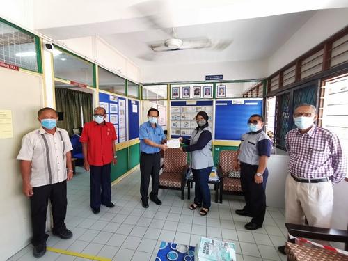 Dua sekolah dapat RM10,000