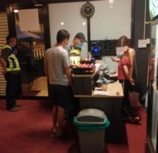 Pekerja, pelanggan pusat snuker dikompaun