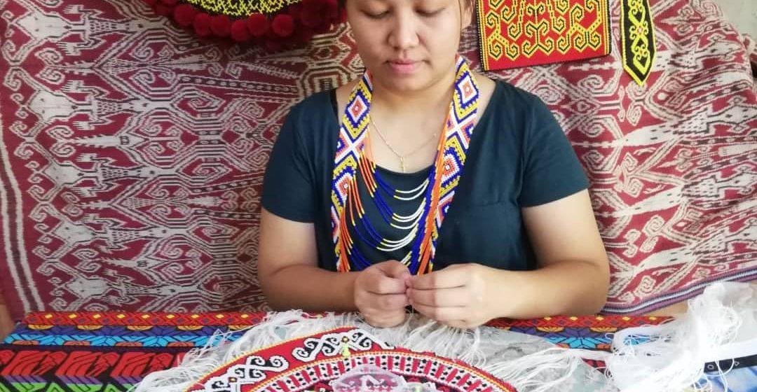 Sandra puh belajar nengkebang, nunda enggau ngangkat buah tangu asal Iban