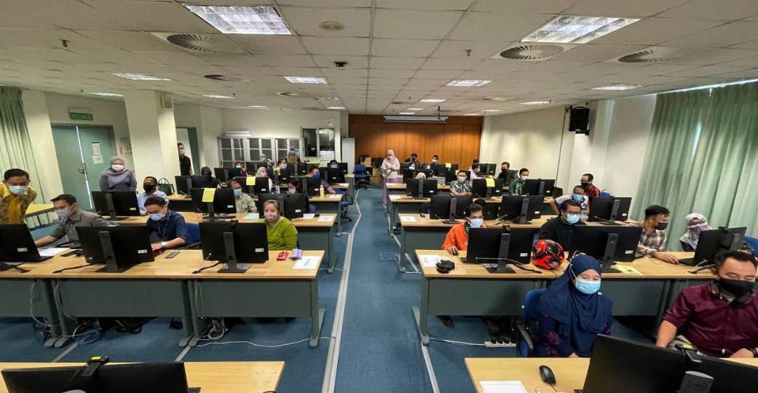 Raikan siswazah secara maya