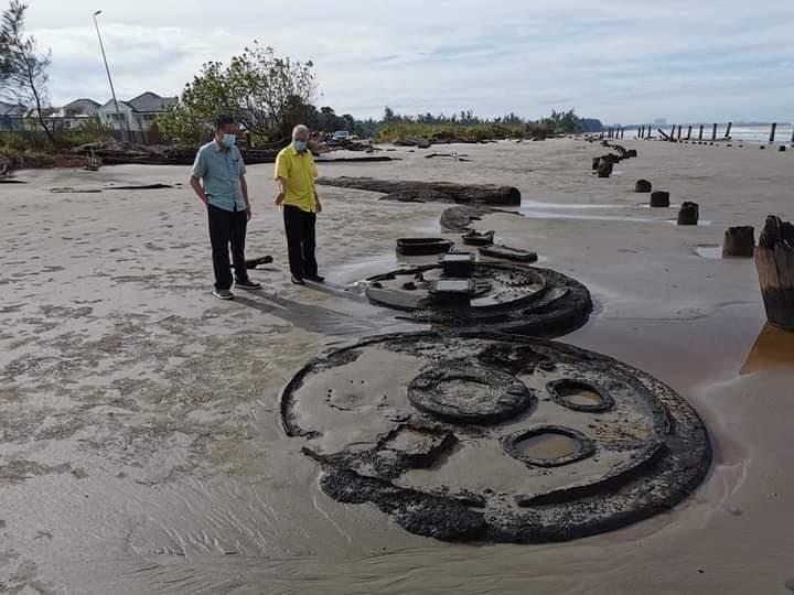 Tangki misteri muncul di Pantai Lutong