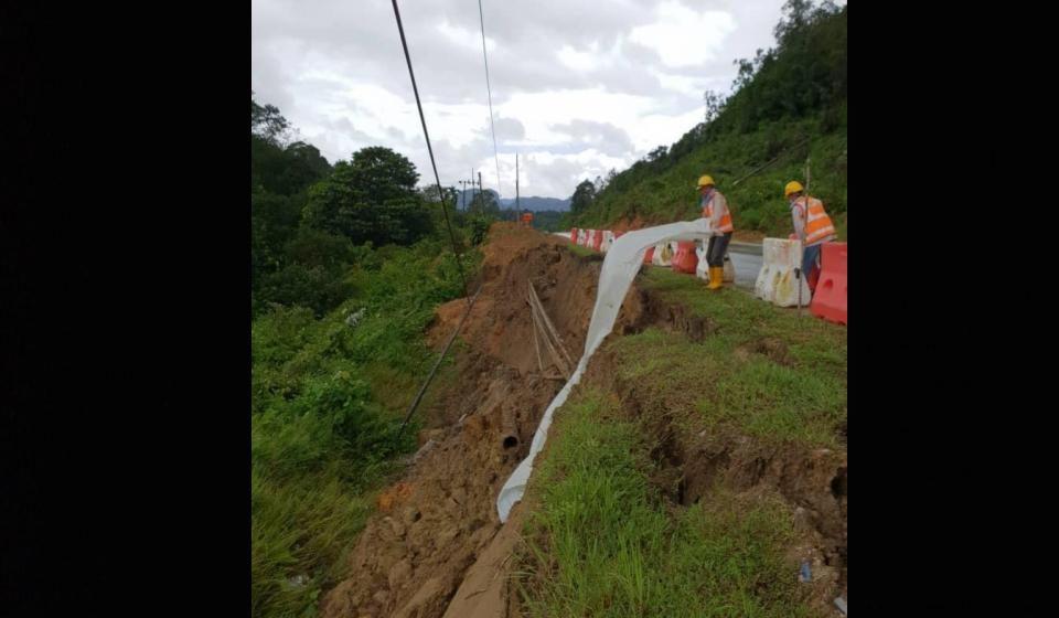 Tanah runtuh menyebabkan gangguan bekalan elektrik di Lundu, Sematan dan Telok Melano