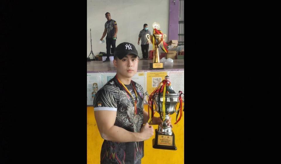 Brendan Teng Guan Wei juara keseluruhan gusti lengan kejohanan Pencarian Bakat Baharu Batu Kawa 2021
