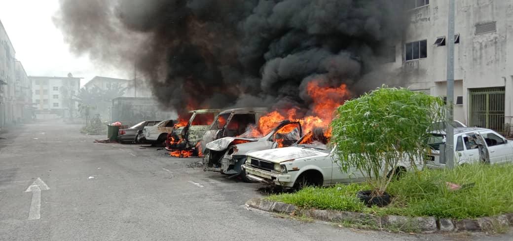 Angkara siapa? Empat kenderaan jadi arang. Kejadian berlaku di Jalan Mohd Musa Desa Ilmu Samarahan