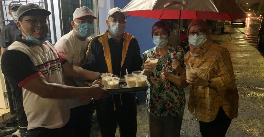 Pemuda PBB Satok agih bubur lambuk kepada penduduk Satok ditimpa banjir
