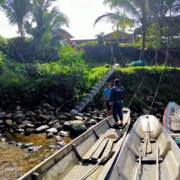 Guna perahu pergi rumah pelajar