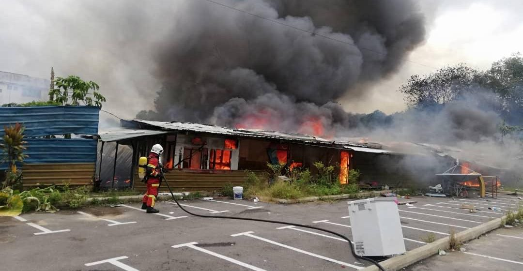 Kebakaran musnahkan tiga blok rumah pekerja di Jalan Pujut 7