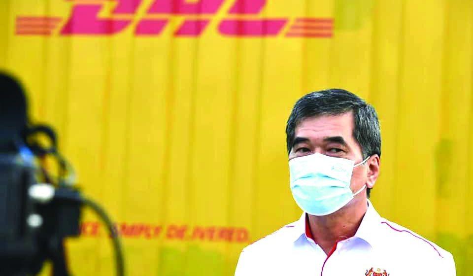 Program betuchuk vaksin Covid-19 di Sarawak berengkah sehari tu