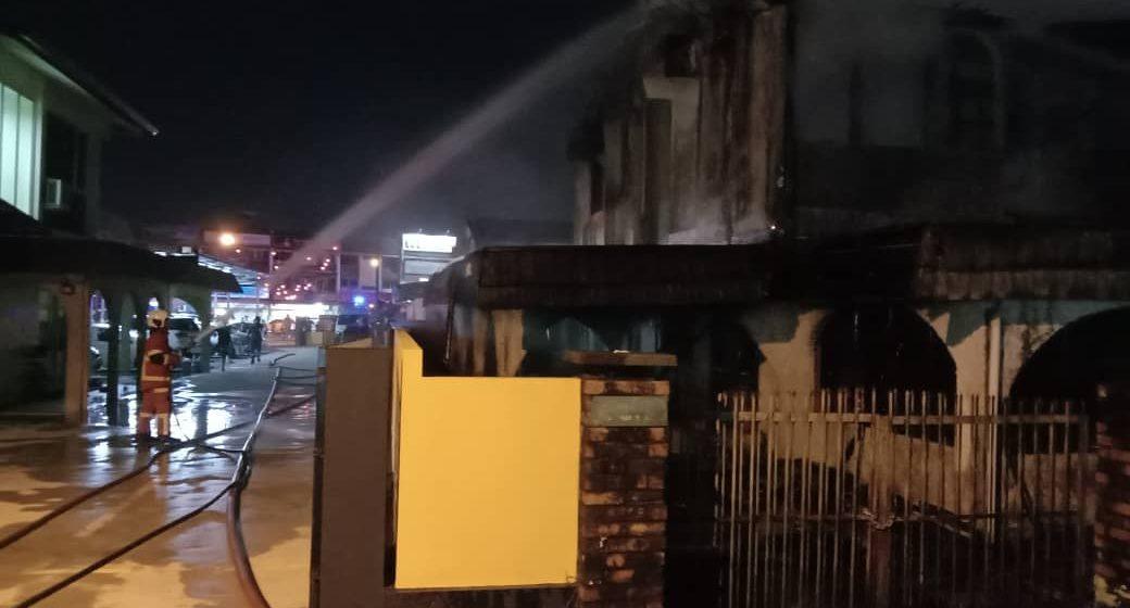 Rumah dua tingkat di Tabuan Jaya terbakar 100 peratus