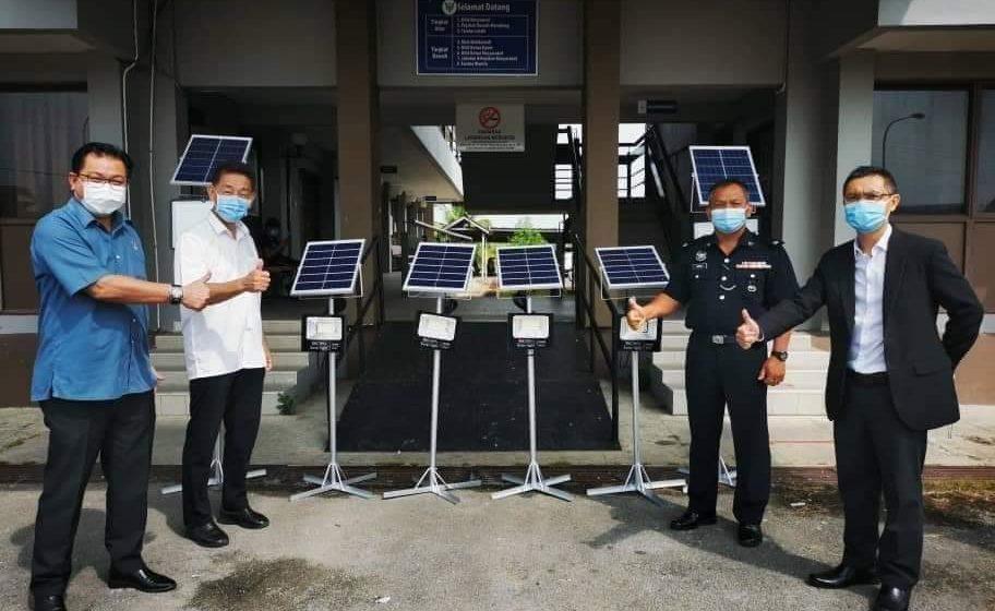 Terabai komuniti nerima lampu solar ari Adun Meradong