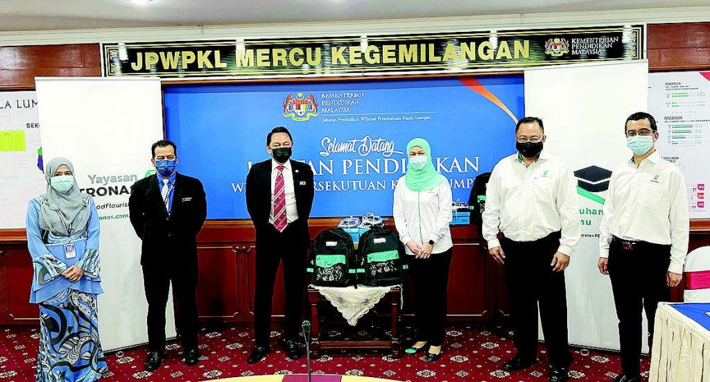 21,000 nembiak nerima kit nyaga pemeresi diri ari Yayasan Petronas