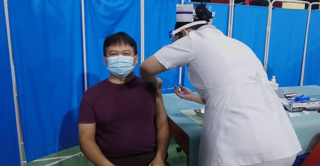 Menteri enggau rayat bela nerima vaksin ke sebaka