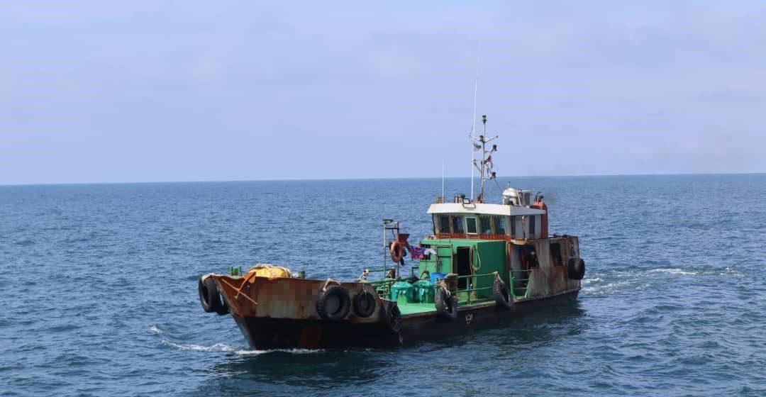 Kapal tangki minyak bersama tiga kru warga Indonesia berjaya ditahan perairan Miri